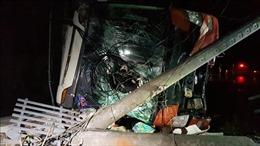 Nhiều cột điện trên xe đầu kéo rơi xuống đường, văng vào xe khách trên cao tốc