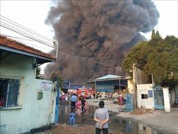 Cháy Công ty xử lý môi trường, cả khu dân cư chìm trong khói đen