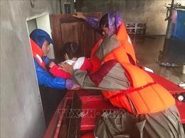 Những cán bộ cơ sở quên mình giúp dân trong mưa lũ