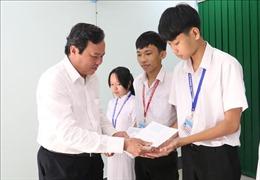Trao 350 suất học bổng tặng học sinh vượt khó học giỏi