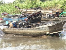 Trục vớt 8 phương tiện bơm hút cát trái phép bị nhấn chìm trên sông