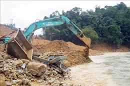 Nước suối dâng cao cản trở việc nắn dòng cứu nạn tại Rào Trăng 3