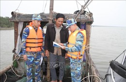 Bộ đội Biên phòng Ninh Bình giúp ngư dân bám biển, vươn khơi
