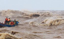 Huy động tàu thuyền tìm kiếm 2 nhân viên trạm hải đăng bị sóng đánh rơi xuống biển