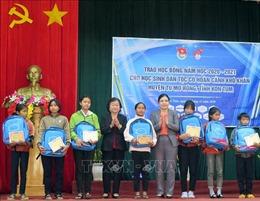 Trao học bổng Vừ A Dính cho học sinh gặp khó tại Kon Tum