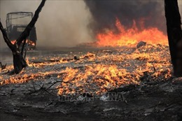 Dập tắt đám cháy tại bãi phế liệu khu vực ngoài đê sông Hồng