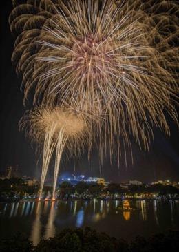 Hà Nội rực rỡ pháo hoa chào mừng năm mới 2021