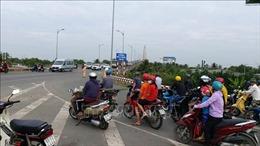 Phân luồng giao thông giải quyết kẹt xe kéo dài tại cầu Rạch Miễu