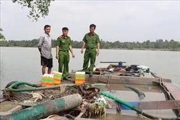 Bắt quả tang 2 phương tiện hút trộm cát sông