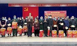 Đồng chí Trần Quốc Vượng tặng quà Tết gia đình chính sách và đặc biệt khó khăn ở Yên Bái