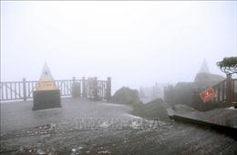 Xuất hiện mưa lẫn tuyết bao phủ đỉnh Fansipan