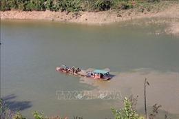 Ngang nhiên khai thác cát trái phép trên lòng hồ thủy điện Buôn Tua Srah