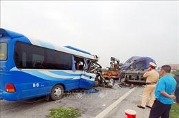 Xe khách tông xe đầu kéo khiến 1 người chết, khoảng 20 người bị thương