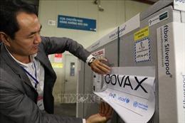 Cận cảnh lô vaccine đầu tiên từ COVAX về Việt Nam
