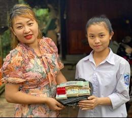 Một nữ sinh trả lại 300 triệu đồng và 3 cây vàng cho người đánh rơi