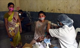 Nhiều nước phải dừng tiêm vaccine mũi 2 do thiếu nguồn cung