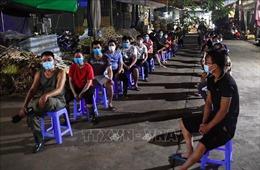 Lấy mẫu xét nghiệm COVID-19 cho tiểu thương chợ Long Biên trong đêm