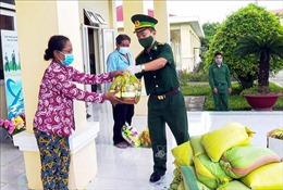 Phân phối gạo và nhu yếu phẩm đến người dân khó khăn