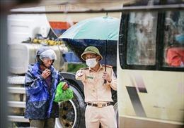 Nỗ lực hỗ trợ người dân từ các tỉnh phía Nam về quê trong thời điểm mưa gió