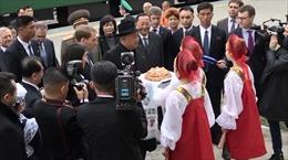 Chủ tịch Kim Jong-un được mời bánh mỳ và muối khi tới Nga