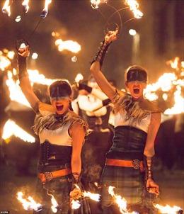40.000 người tưng bừng rước đuốc trong lễ hội lửa Hogmanay ở Scotland