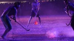 Người Thái chân trần, tay trần chơi 'khúc côn cầu lửa'