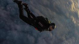 Xem 'siêu nhân' Thụy Sĩ nhảy thẳng từ máy bay vào luồng gió xoáy