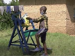 Bé 9 tuổi giành giải thưởng của Tổng thống nhờ tự chế máy rửa tay