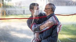 'Rèm ôm ấp' phổ biến toàn cầu giữa đại dịch COVID-19