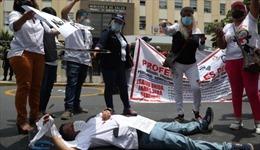 Giữa làn sóng COVID-19 thứ hai, các bác sĩ Peru tuyệt thực biểu tình
