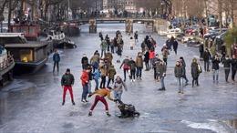 Mặc COVID-19, dân Hà Lan 'sổ lồng', ồ ạt vui chơi trên kênh đào đóng băng