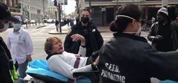 Vô cớ đấm cụ bà gốc Á, kẻ tấn công bị đánh trả phải nhập viện