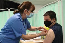 Vaccine Johnson & Johnson chờ Mỹ phán quyết 'số phận'