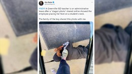 Chụp ảnh đặt chân lên cổ học sinh da màu, giáo viên Mỹ bị đình chỉ