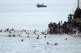 Video người di cư Maroc bơi vượt biển vào Tây Ban Nha trong đêm