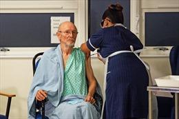 Người đàn ông nhận mũi vaccine Pfizer đầu tiên trên thế giới đã qua đời, không vì COVID-19