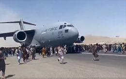 Bi kịch của người Afghanistan phải bám càng máy bay Mỹ để rời khỏi Kabul