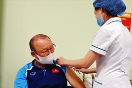 Ông Park Hang-seo và đội tuyển bóng đá Quốc gia Việt Nam được tiêm vaccine phòng COVID-19