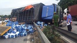 Đứng xem hiện trường tai nạn giao thông, nhiều người bị xe tải lật đè tử vong