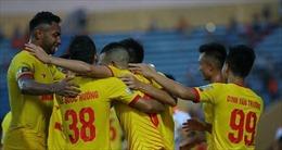 Hòa nghẹt thở trên sân Vinh, Nam Định trụ hạng V-League