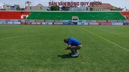HLV Park Hang-seo gây bất ngờ khi kiểm tra mặt cỏ sân tập mới