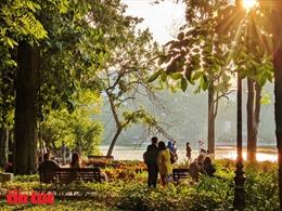 'Phố đi bộ' Hồ Gươm 'lạ' trong ngày nắng cuối Thu