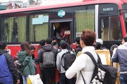 Dòng người ùn ùn tại bến xe Giáp Bát để về quê nghỉ Tết Dương lịch
