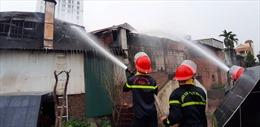Cháy lớn tại cửa hàng thịt chó trên đường Lạc Long Quân, lan sang hai cửa hàng bên cạnh