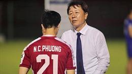 HLV Chung Hae-seong nói lời chia tay, cầu thủ buồn bã