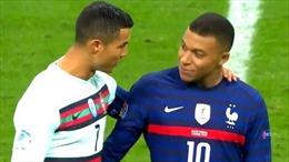 Cổ động viên 'phát sốt' vì khoảnh khắc thân mật đáng yêu giữa Ronaldo và Mbappe