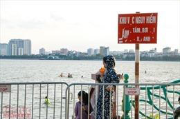 Nắng nóng, người dân Hà Nội vô tư bơi lội ở những bãi tắm tự phát