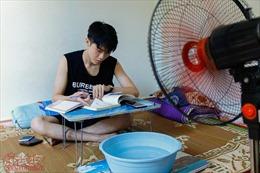 Sinh viên 'giở chiêu' vượt nắng nóng