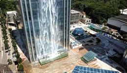 Chiêm ngưỡng thác nước cao 108 mét chảy ào ào từ nhà chọc trời