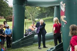 Tổng thống Zimbabwe muốn tặng ông Trump đất xây sân golf